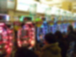 【ゲイ】パチ屋で負けてる客に5千円払ってフェラさせてもらってました・・・・・・