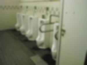 【ゲイ】高速道路PAのトイレで変態にチンポを見せてみた結果・・・・・・・・・・